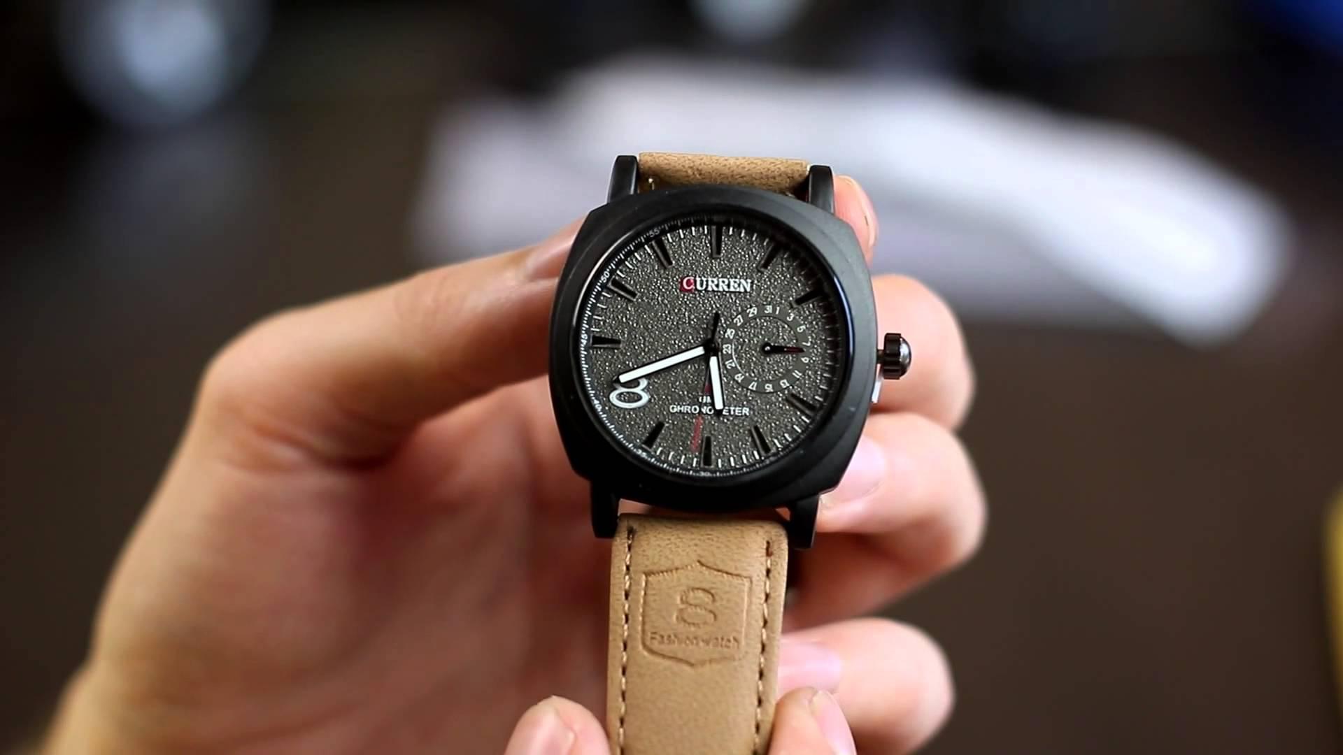 Стильные часы прекрасно смотрятся на руке, а большой циферблат позволит следить за временем.