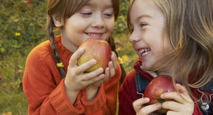 Дети и яблоки 1