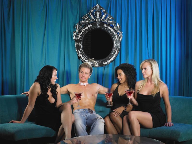 один парень и три девушки фото